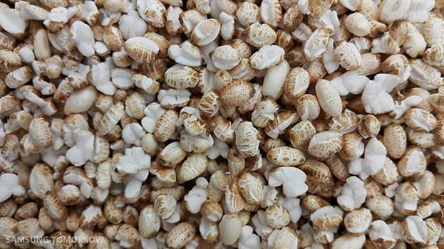 Close up of rice pop corn with the Galaxy Note 4