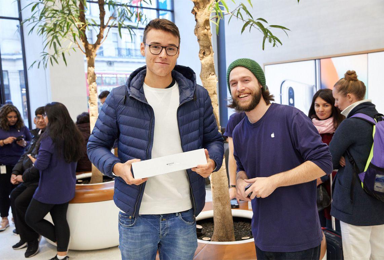 watchs3_launch_regentstreet_london_2017_customer_employees